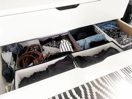 photo d'une commode au tiroir rempli de vêtements
